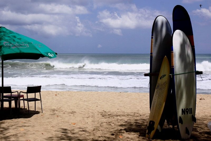 Surfbretter am Strand von Kuta auf Lombok.
