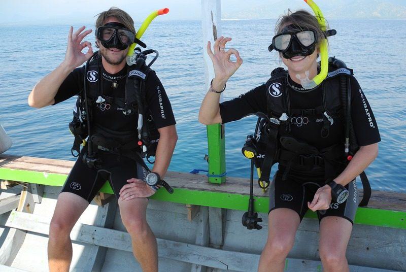 Reisende beim Tauchen vor den Gili Inseln.