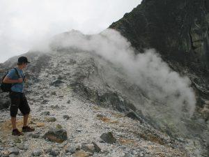 Ein Reisender beim Trekking auf dem Sibayak Vulkan auf Sumatra.