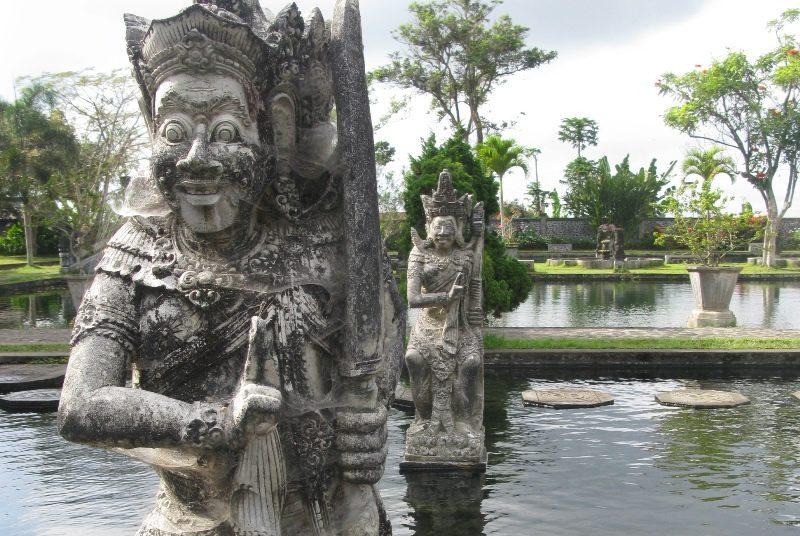 Skulpturen am Wasserpalast in Tirtagangga.