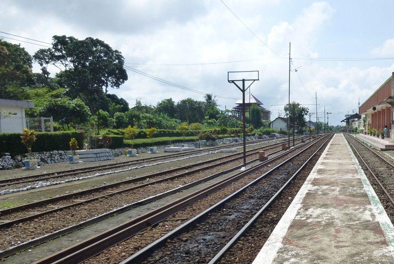 Ein Bahnhof in der Nähe von Kalibaru auf Java.