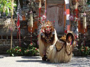 Bei einer lokalen Tanzaufführung werden auch Dämonen und Götter dargestellt.