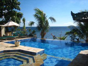 Blick über Pool und Meer bei Amed.