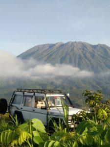 Indonesien - Bali - Ein Jeep und im Hintergrund der Agung Vulkan auf Bali - Amed