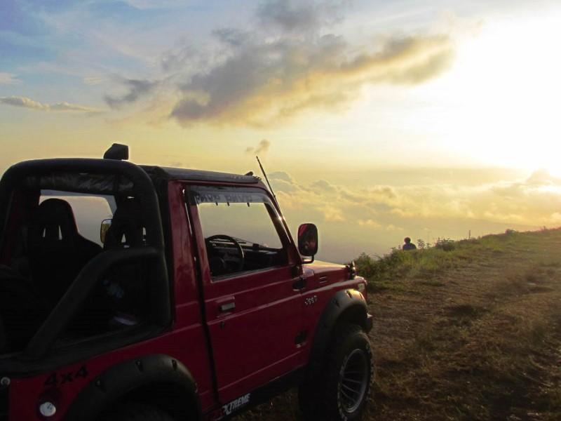 Mit dem Jeep die aufgehende Sonne an der Ostküste Balis beobachten.