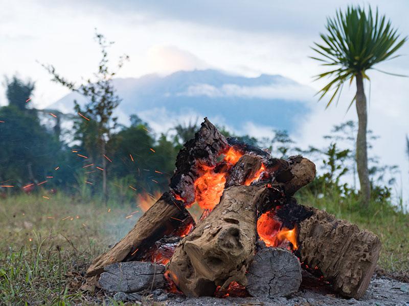 Das Lagerfeuer auf dem Campingplatz bei Sibetan.