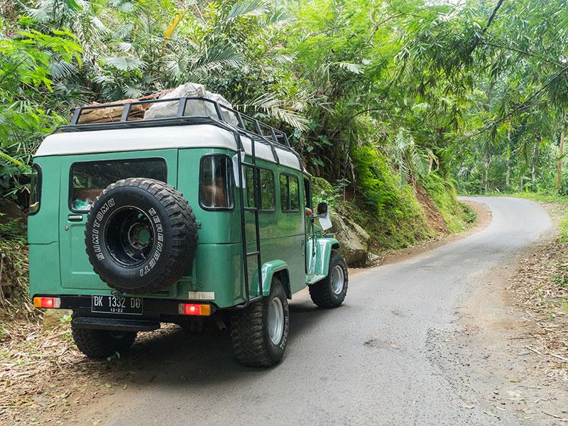 Mit dem Jeep erkunden Sie das Hinterland der Ostküste Balis.