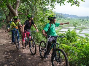 Indonesien - Bali - Guide mit Reisenden bei Radtour - Sibetan