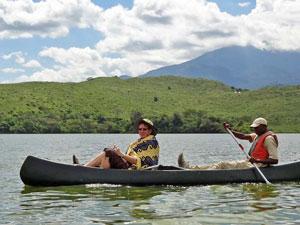 Kanu auf einem der Momella Seen mit Mount Meru im Hintergrund