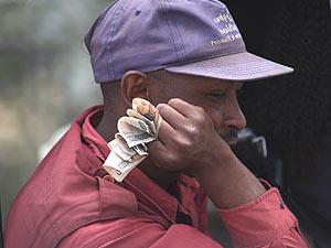 Mann mit Geldscheinen gefächert in der Hand