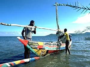 Buntes Fischerboot am Viktoriasee - Kenia Tansania Rundreise