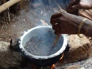 Kaffeebohnen Röstung Tarangire Nationalpark Tansania