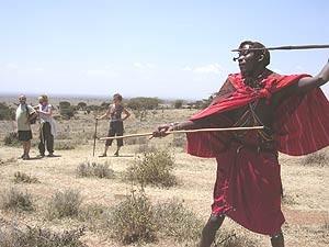 Massai mit Speer - Speerwurf - Touristen im Hintergrund - Kenia und Tansania