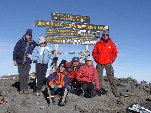 Tansania - Kilimanjaro - Reisende beim Schild am Uhuru Peak - Rongai Route