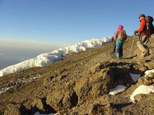 Tansania - Kilimanjaro - Reisende beim Abstieg vom Uhuru Peak - Rongai Route