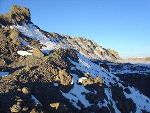 Schneebedeckter Felsen auf dem Weg zum Mawenzi Tarn Camp