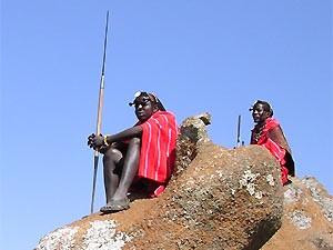 Masai mit Speer mit Blick ins Weite