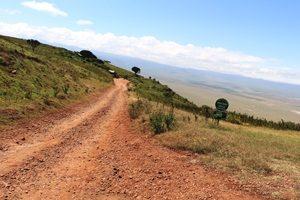 Staubige Abfahrt in den Ngorongoro Krater - Tansania Highlights