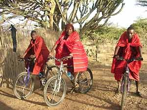 Massai auf Fahrrädern