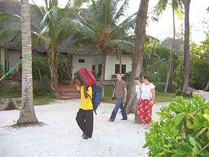 Tansania - Sansibar - Reisende unter Palmen vor Strandhotel - Tansania Highlights