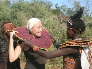 Massai übergibt Reisende Halsschmuck