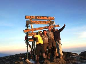Am Gipfel des Kilimanjaros angekommen