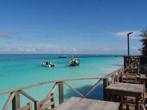 Hotelterrasse mit Ausblick auf das türkise Meer