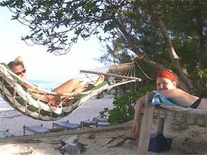 Tansania - Sansibar - Reisende entspannen in der Hängematte - Tansania Highlights