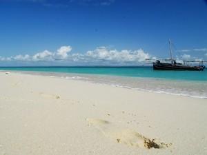 Fußspuren im Sand und klares Meer