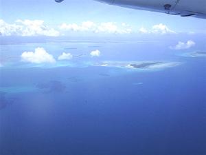 Blick auf die Insellandschaft vom Flugzeug aus