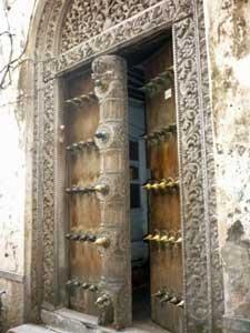 Traditionelle, fein verzierte Holztüre