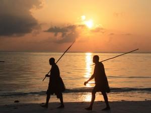 Masaikrieger beim Sonnenuntergang am Strand