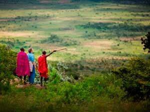 Wanderung mit Massai - Blick über grüne Landschaft - Kenia Tansania Rundreise