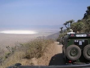 Safarifahrzeug auf dem Weg in den Krater - Kenia Tansania Rundreise