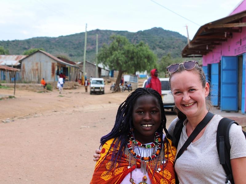 Kenia - Majimoto - Reisende zusammen mit Massaifrau