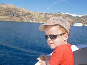Op de ferry naar Santorini Griekenland met kinderen
