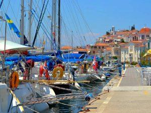 Poros met kinderen - haven in Poros-stad