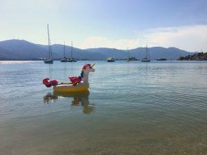 Poros met kinderen - dobberen in zee