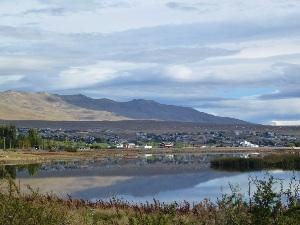 Berge spiegeln sich im See