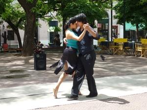 Mann und Frau tanzen auf der Strasse