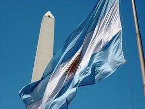 Argentinische Flagge vor Obelisk