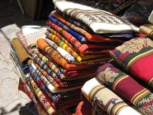 Bunte Stoffe auf dem Markt von Purmamarca