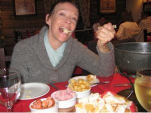 frau-isst-fondue-bariloche