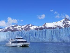 Boot mit Gletscher im Hintergrund