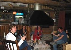 Geselligkeit in einer Berghütte in El Chaltén