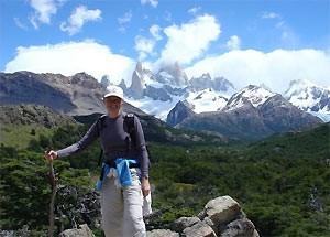 Wanderer mit Bergen im Hintergrund