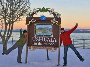 Reisende vor Schild in Ushuaia