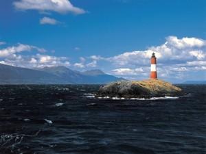 Beagle-Kanal mit Leuchtturm auf einer Felseninsel