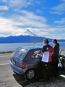 reisende-mit-mietwagen-unterwegs-im-seengebiet