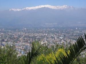 Santiago de Chile vor Andenkulisse